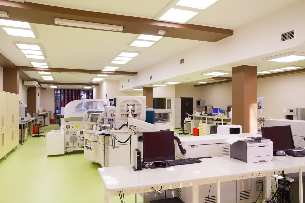 Oprawy biurowe Edge w Śląskim Laboratorium Analitycznym - Luxon LED