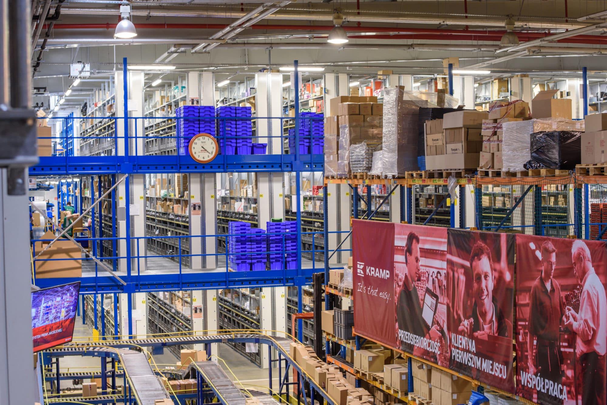 Oprawy przemysłowe Industrial i Highbay w magazynie wysokiego składowania firmy Grene Kramp - Luxon LED