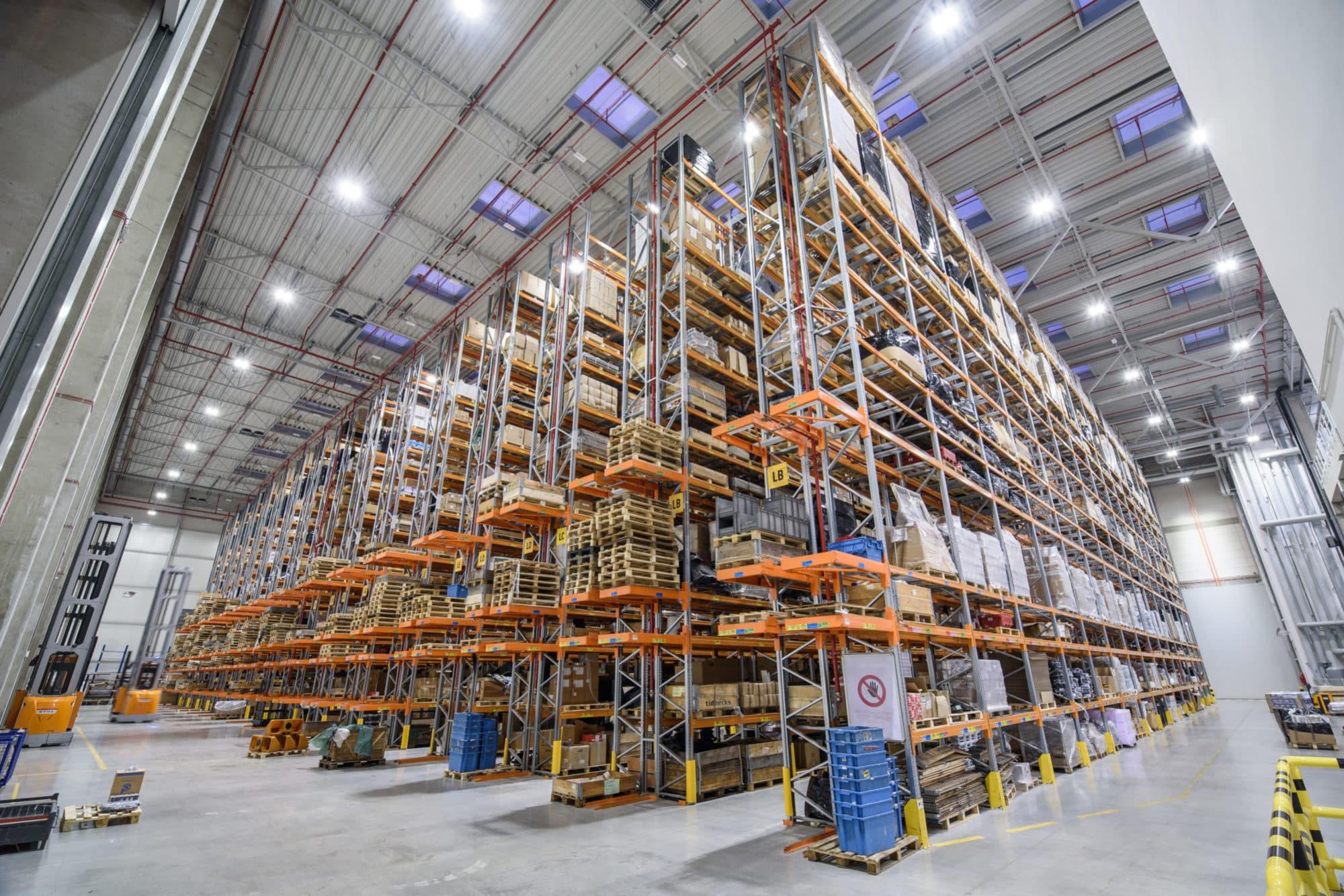 Oświetlenie przemysłowe Highbay w magazynie wysokiego składowania firmy Grene Kramp - Luxon LED