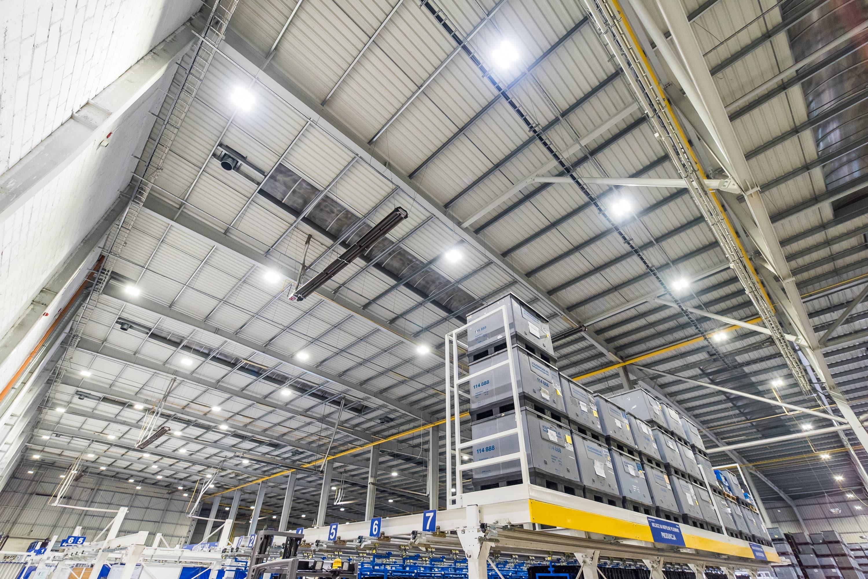 Oprawy przemysłowe Highbay w zmodernizowanym budynku firmy Simoldes - Luxon LED