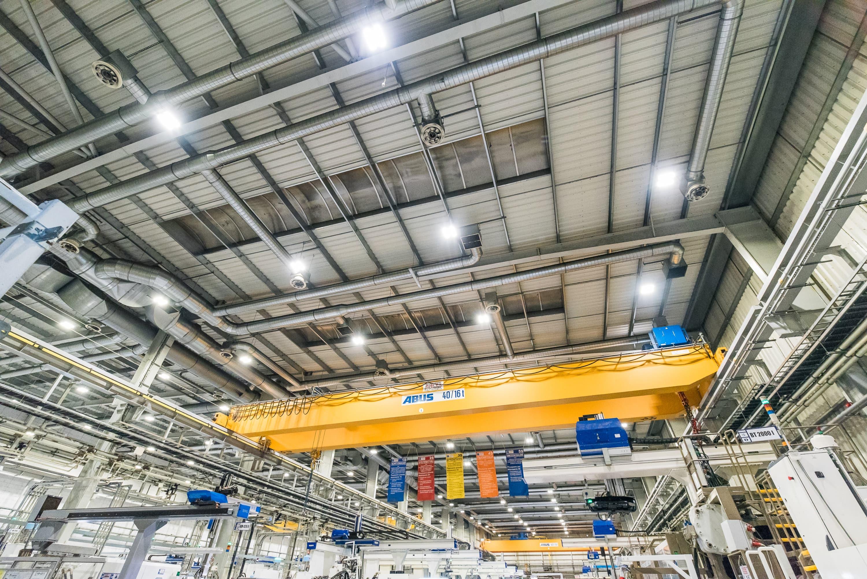 Zmodernizowana hala produkcyjna firmy Simoldes z oprawami przemysłowymi Highbay - Luxon LED