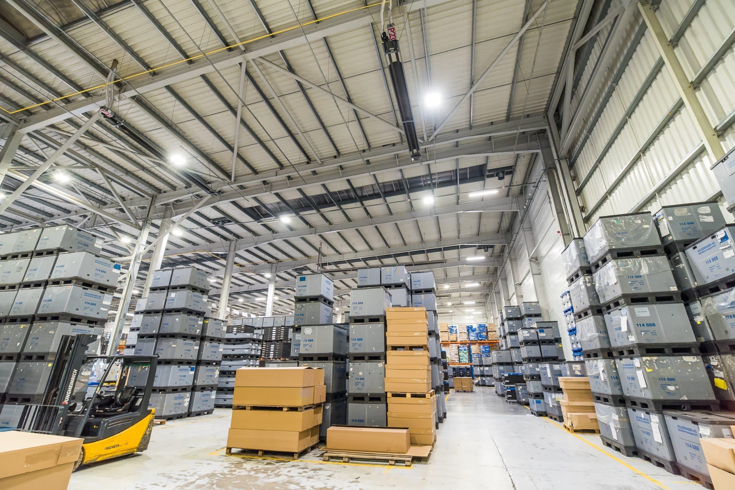 Zmodernizowany magazyn wysokiego składowania firmy Simoldes - oprawy przemysłowe Highbay firmy Luxon LED