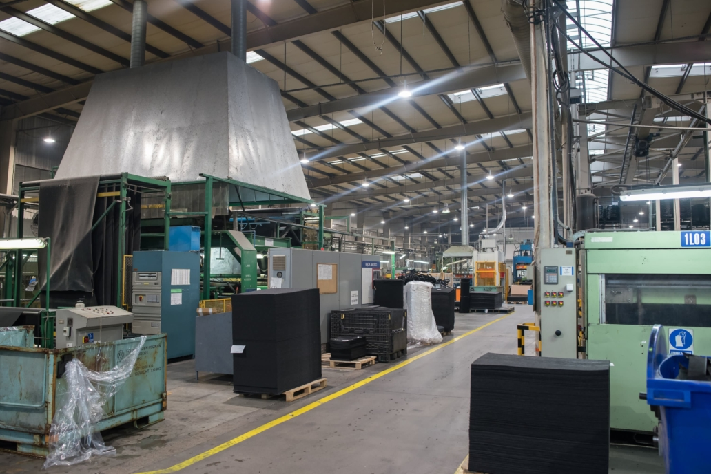 Oprawy przemysłowe Highbay w hali produkcyjnej firmy Orsa Moto - Luxon LED