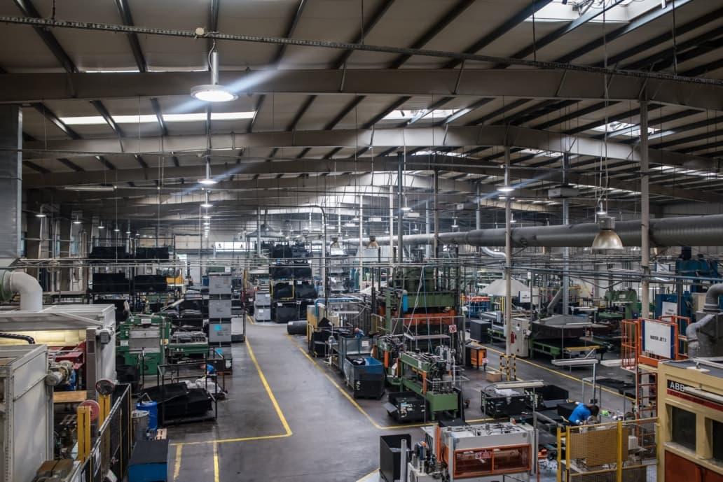 Oprawy Highbay w hali produkcyjnej firmy Orsa Moto - Luxon LED