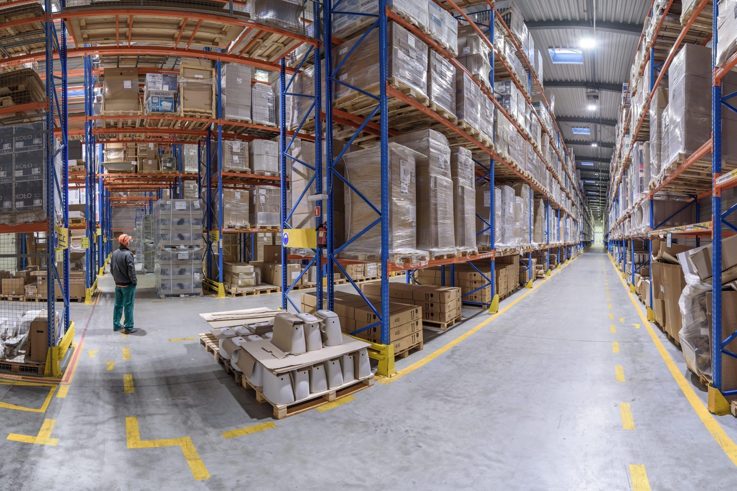 Oprawy przemysłowe Highbay w hali magazynowej firmy Geberit - Luxon LED