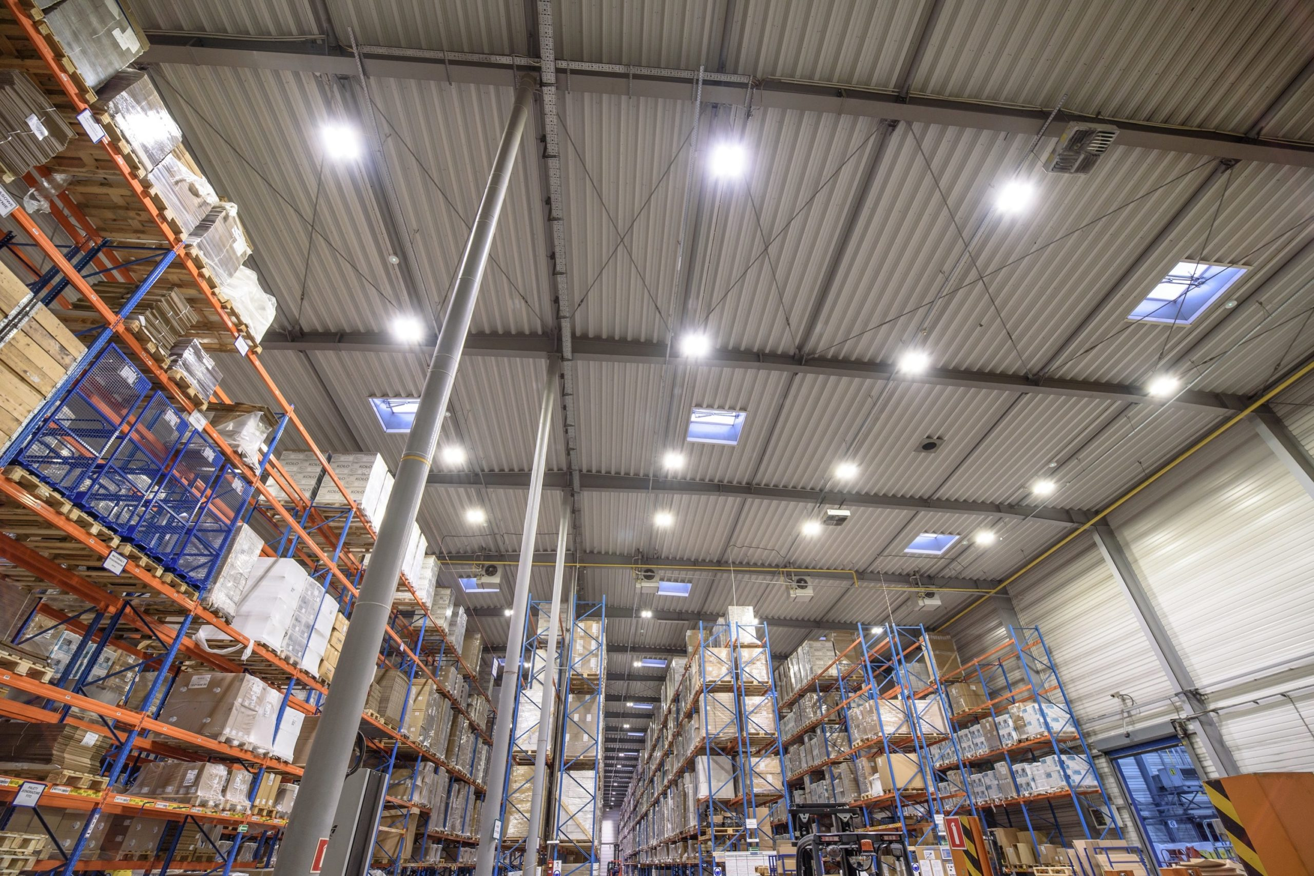 oprawy Highbay w magazynie wysokiego składowania w firmie Geberit - Luxon LED