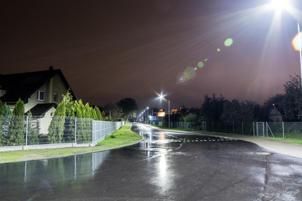oświetlenie uliczne na drodze we Wrocławiu