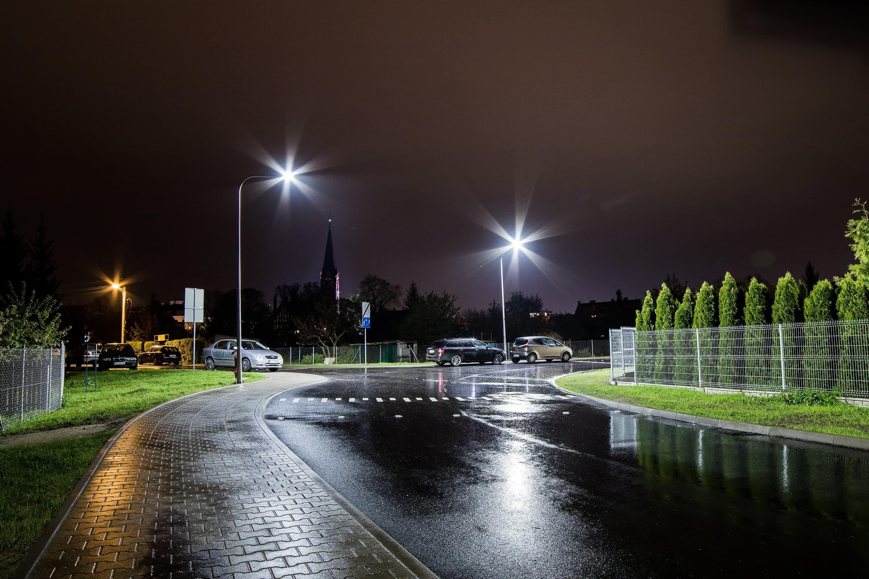 oświetlenie uliczne LED na drodze we Wrocławiu