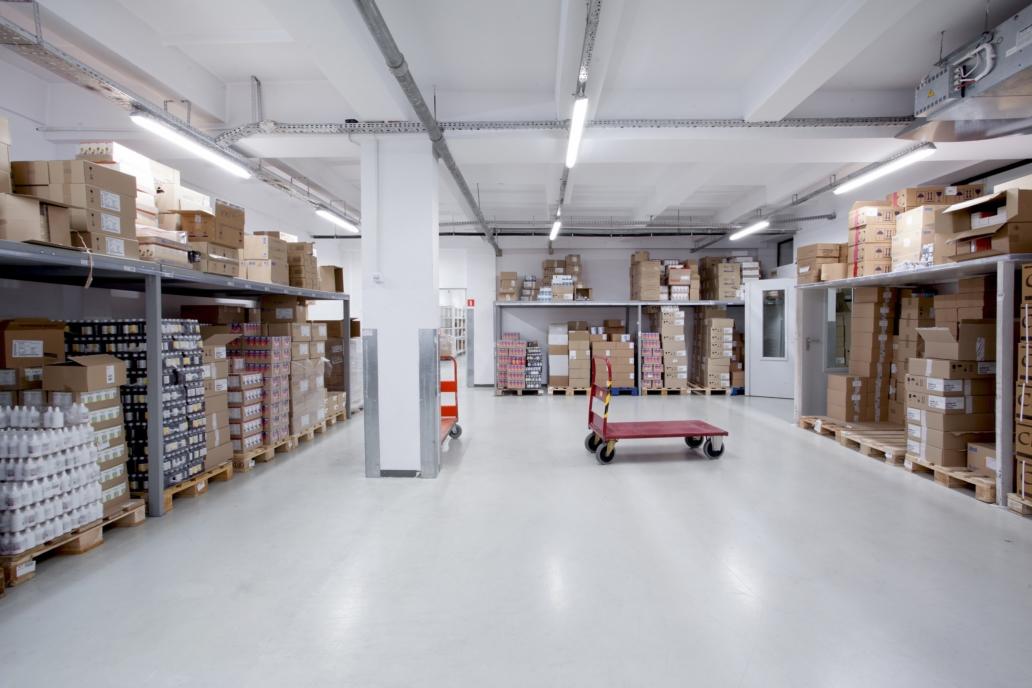 Oprawy hermetyczne Industrial w magazynie hurtowni leków - Luxon LED