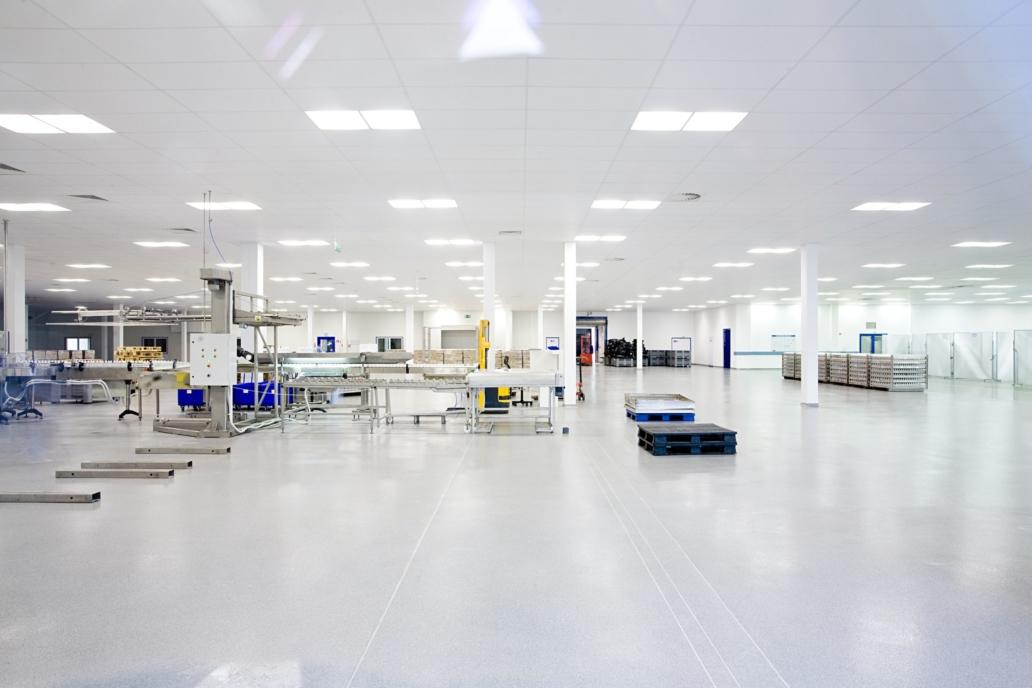 Oprawy biurowe Edge LED w hali firmy Baxter - Luxon LED