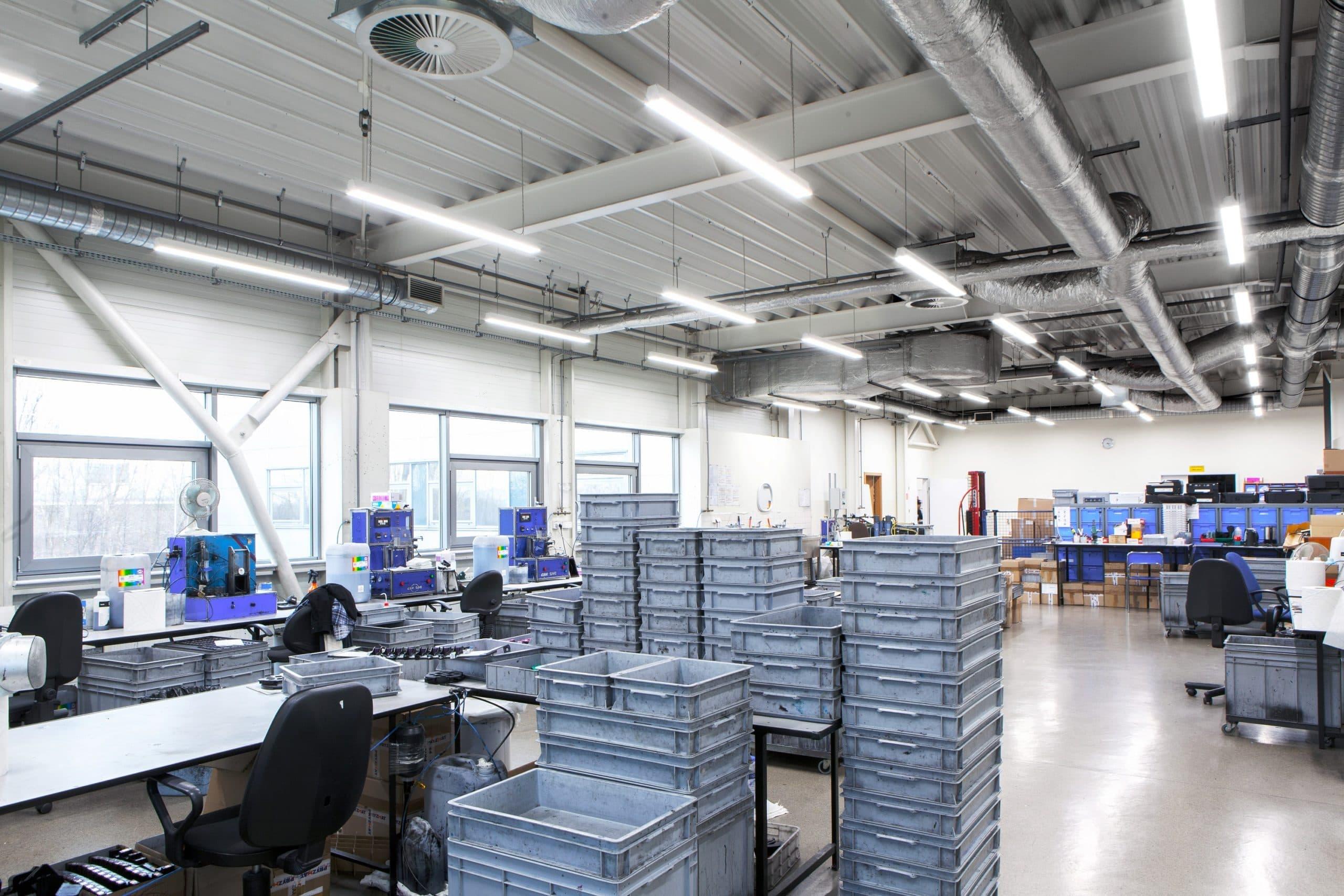 Oprawy przemysłowe Industrial w zmodernizowanej hali produkcyjnej firmy Pryzmat - Luxon LED