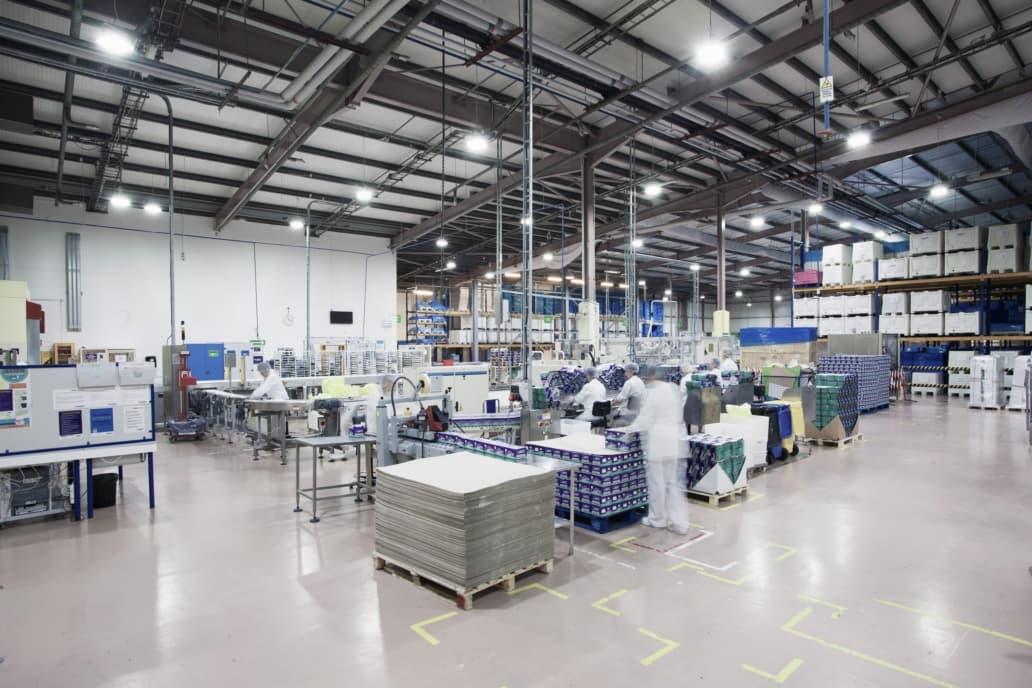 Oprawy przemysłowe Highbay w hali produkcyjnej producenta w branży spożywczej - Luxon LED