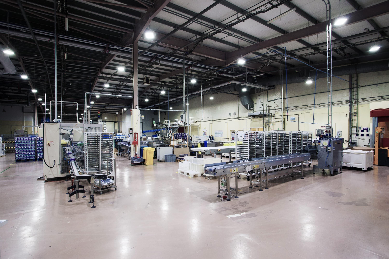 oprawy Highbay w hali produkcyjnej przemysłu spożywczego