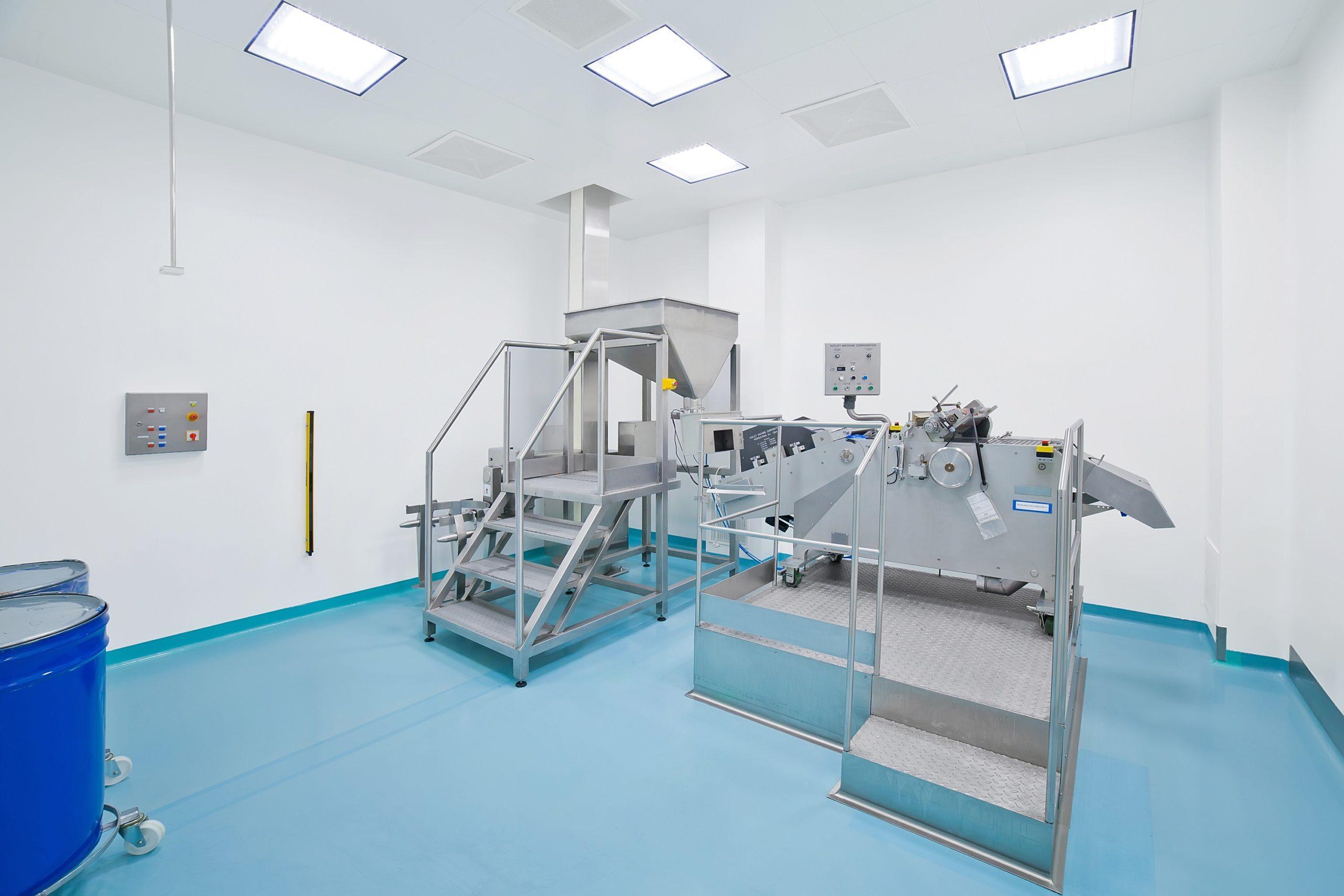Laboratorium firmy US Pharmacia po modernizacji oświetlenia na Smart LED Clean - Luxon