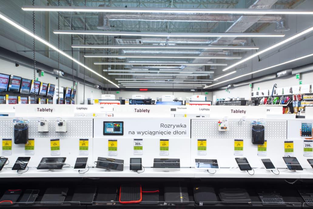 sklep firmy Neonet doświetlany liniami w technologii LED