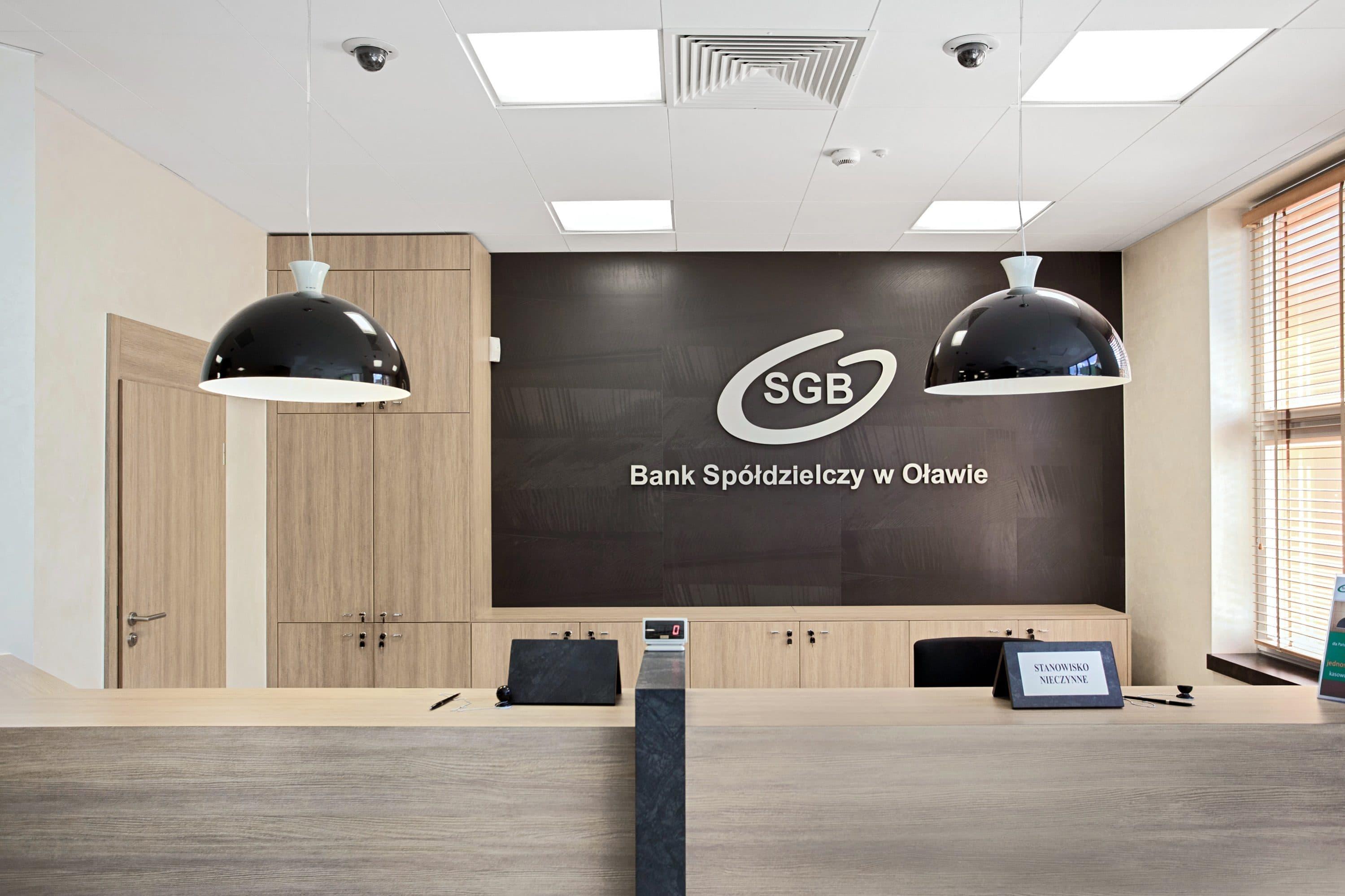 Oprawy biurowe Edge w punkcie obsługi klienta w banku Spółdzielczym w Oławie - Luxon LED