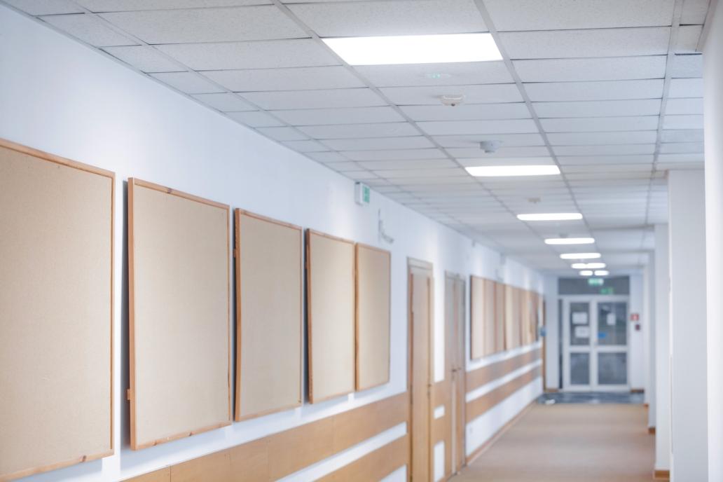 korytarz Polskiej Akademii Nauk po modernizacji oświetlenia