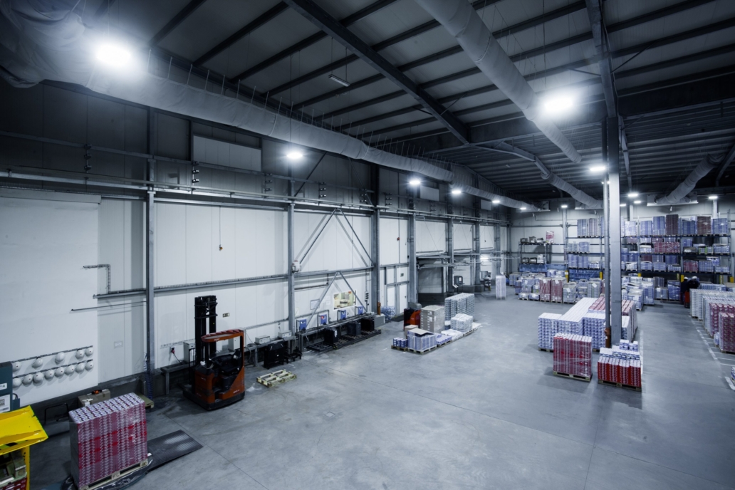 Oprawy Highbay w magazynie wysokiego składowania firmy Zott - Luxon LED