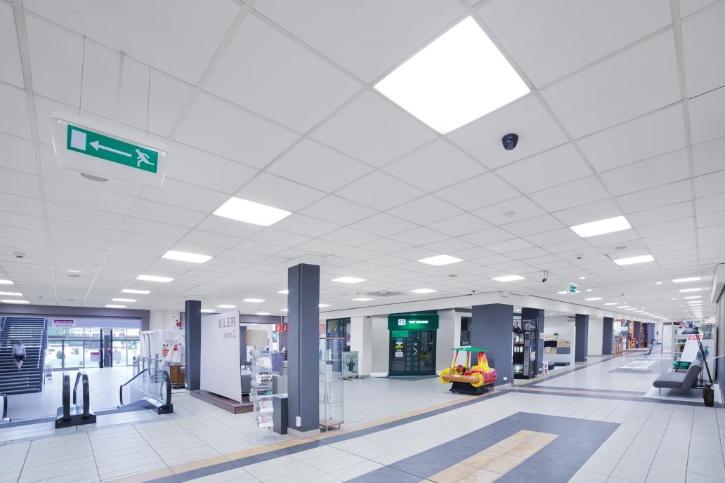Biurowe panele ledowe Edge w zmodernizowanej galerii wnętrz Domar we Wrocławiu - Luxon LED