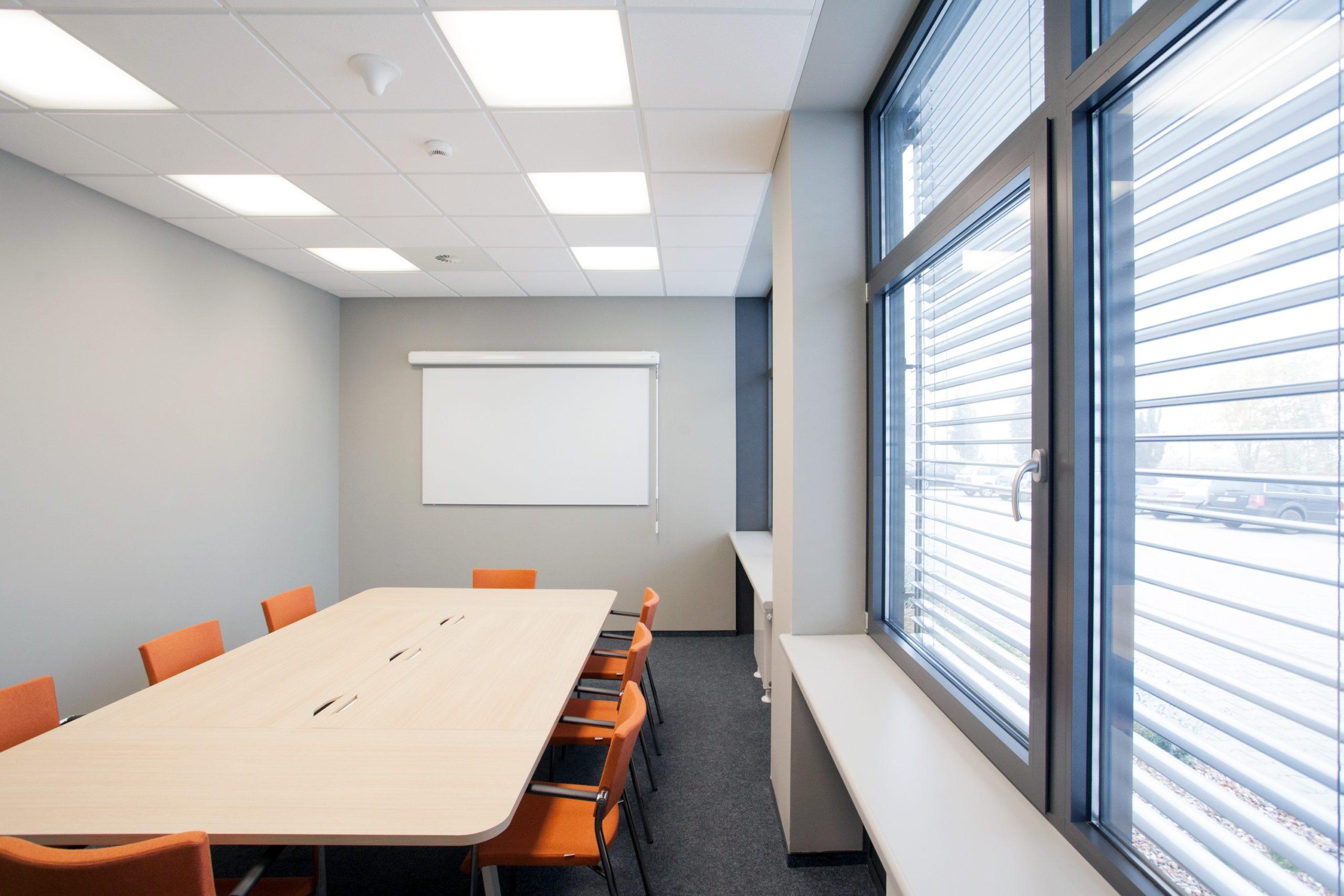 Oprawy biurowe Edge w sali konferencyjnej firmy Merida - Luxon LED