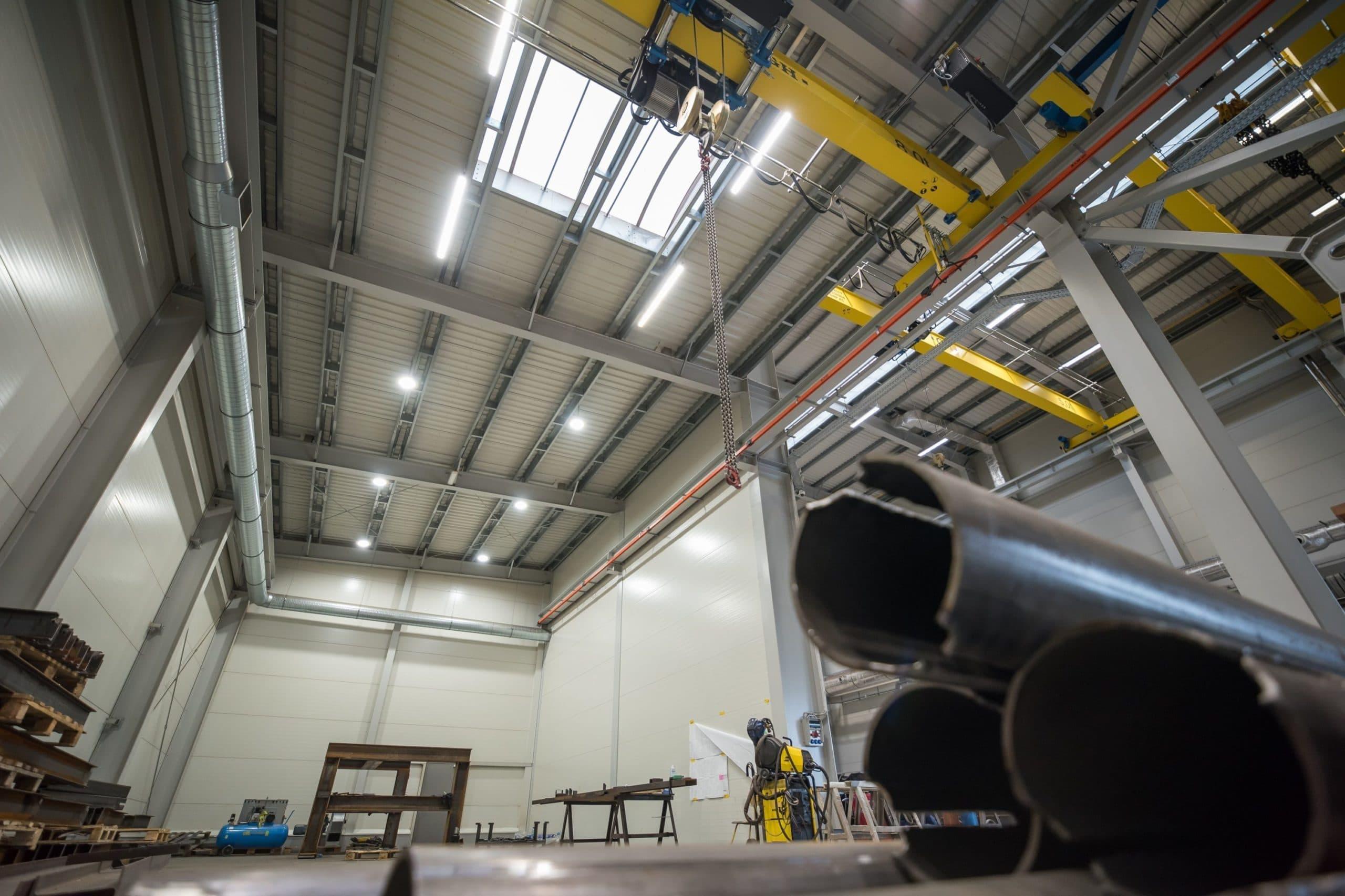 Oprawy Industrial i Highbay w hali produkcyjnej firmy Buttimer - Luxon LED