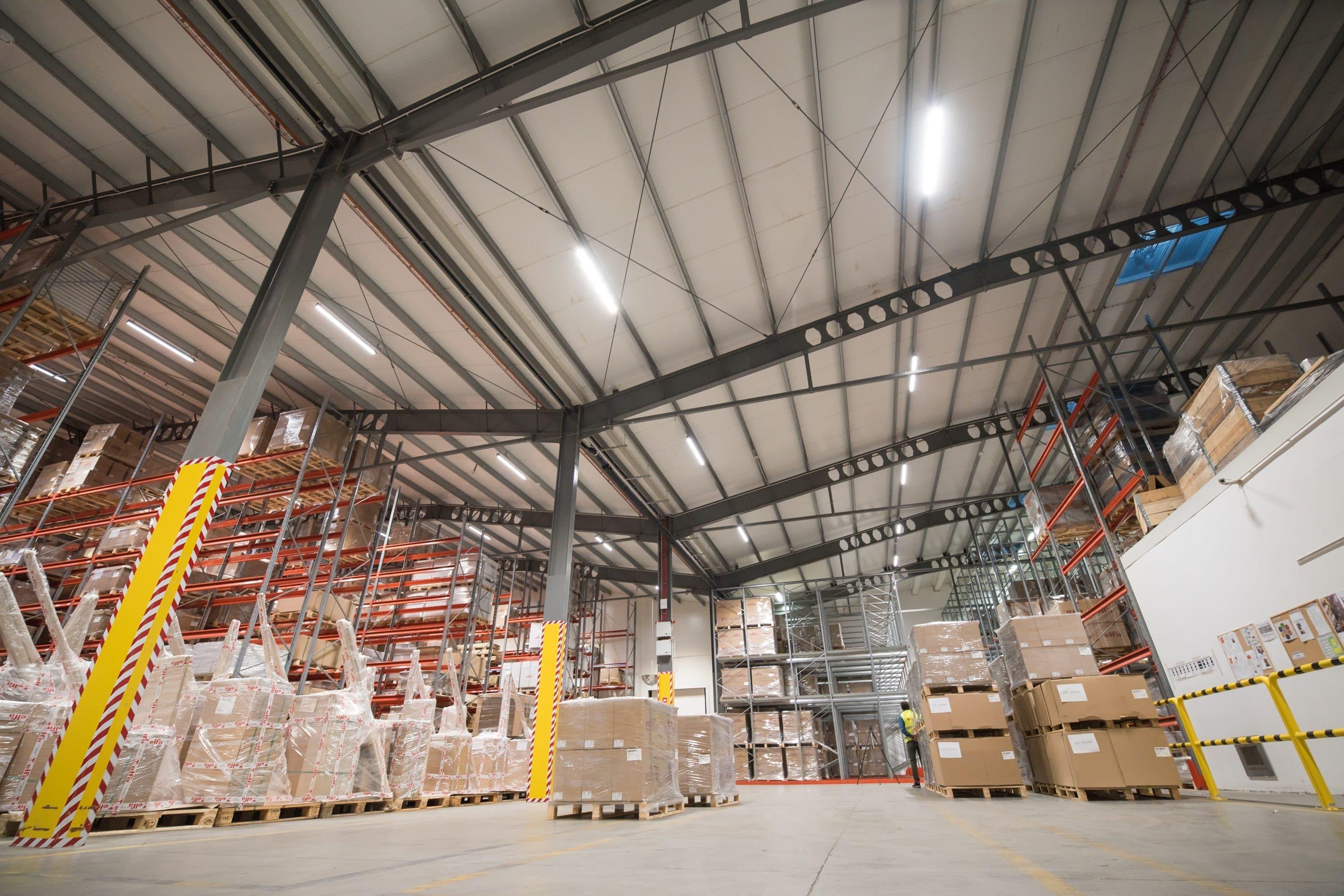 Magazyn firmy Elfa Manufacturing oświetlony oprawami przemysłowymi Industrial - Luxon LED