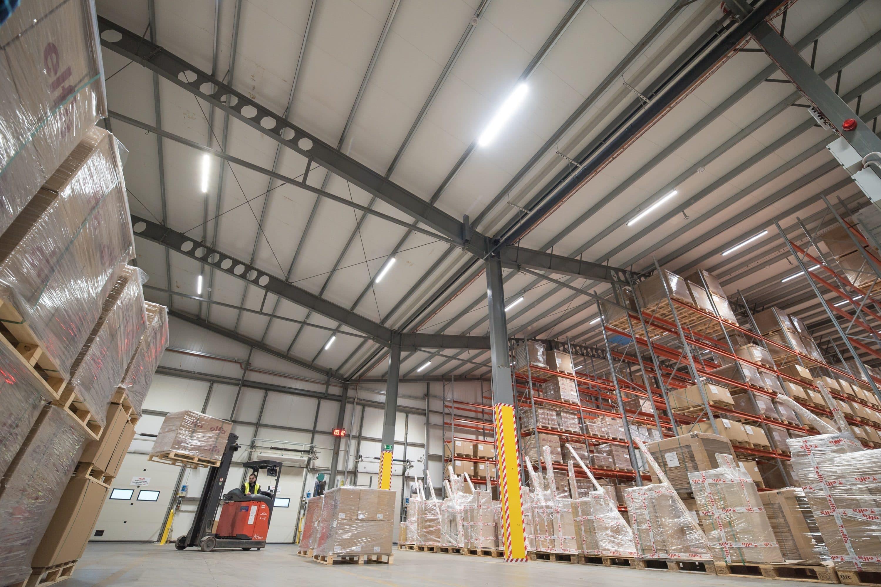 Zmodernizowane oświetlenie hali firmy Elfa Manufacturing - Luxon LED