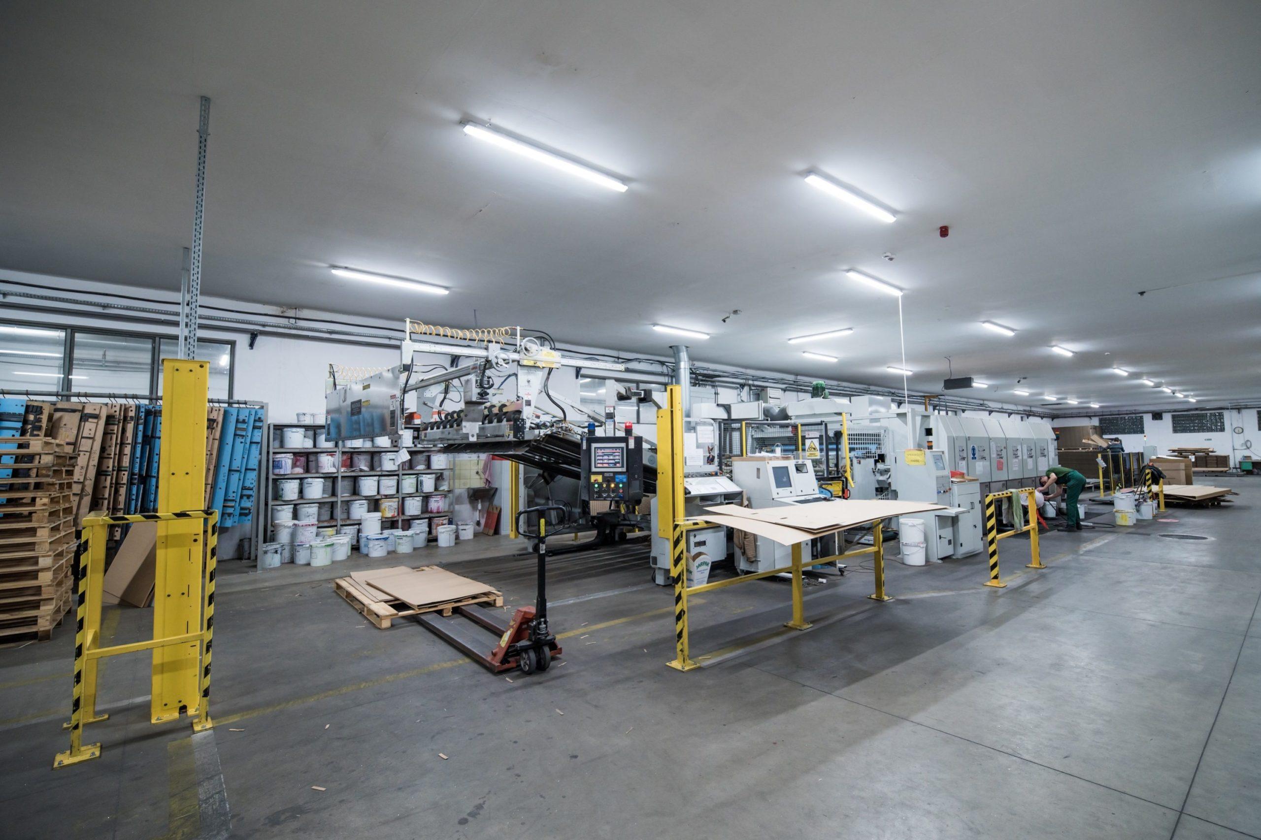 Hala produkcyjna firmy Jarpak z oprawami przemysłowymi Industrial - Luxon LED