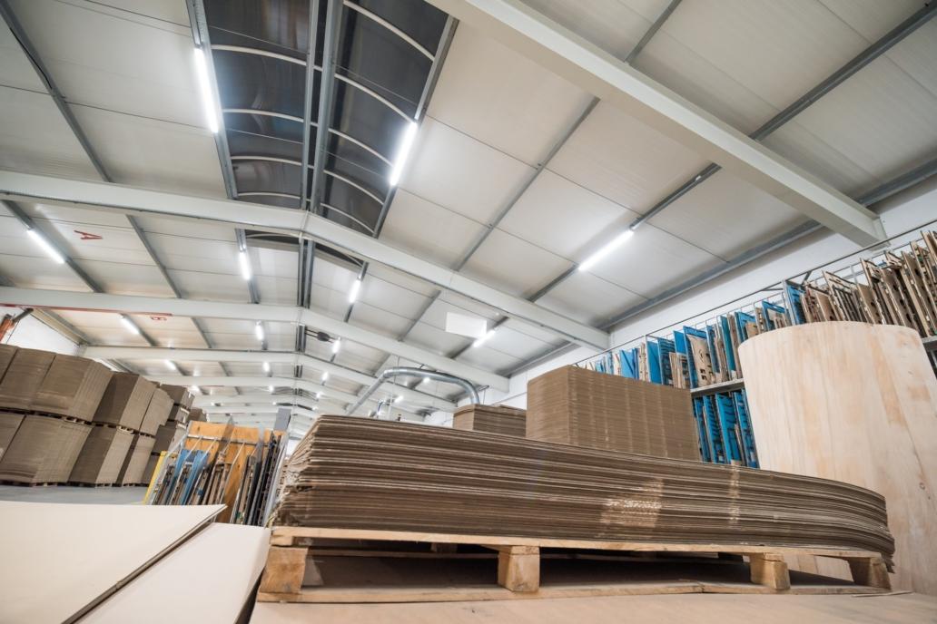 Oprawy przemysłowe Industrial w hali produkcyjnej firmy Jarpak - Luxon LED