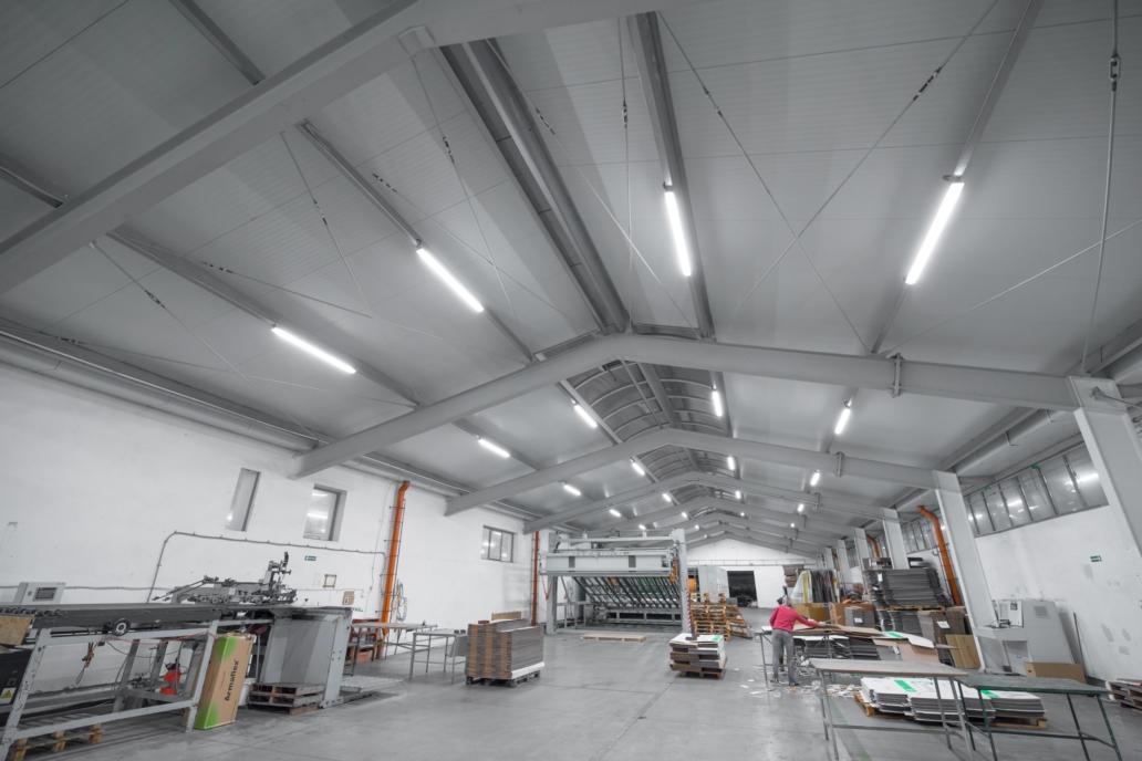 Oprawy przemysłowe Industrial w zmodernizowanej hali produkcyjnej firmy Jarpak - Luxon LED
