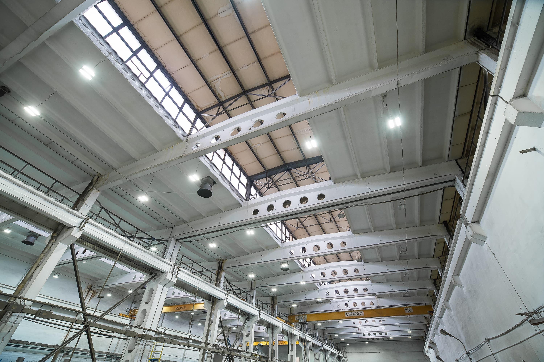 Oprawy przemysłowe Highbay w hali produkcyjnej firmy Schwarte Milfor - modernizacja budynku - Luxon LED