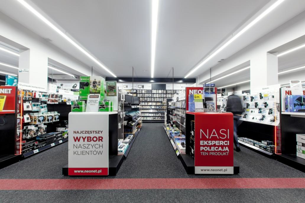 Linie świetlne w części sprzedażowej sklepu Neonet