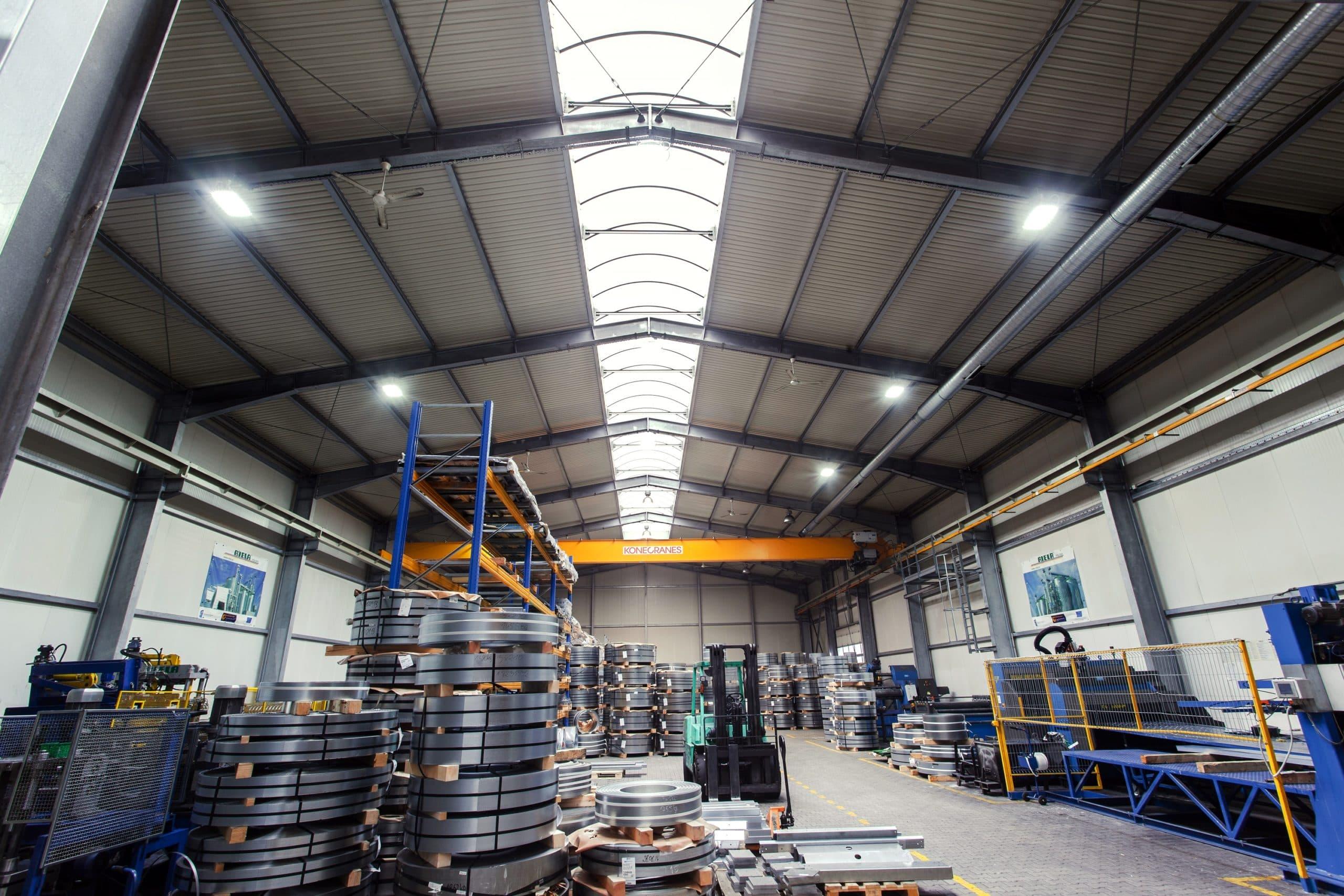 Oprawy przemysłowe w hali produkcyjnej firmy Riela - Luxon LED
