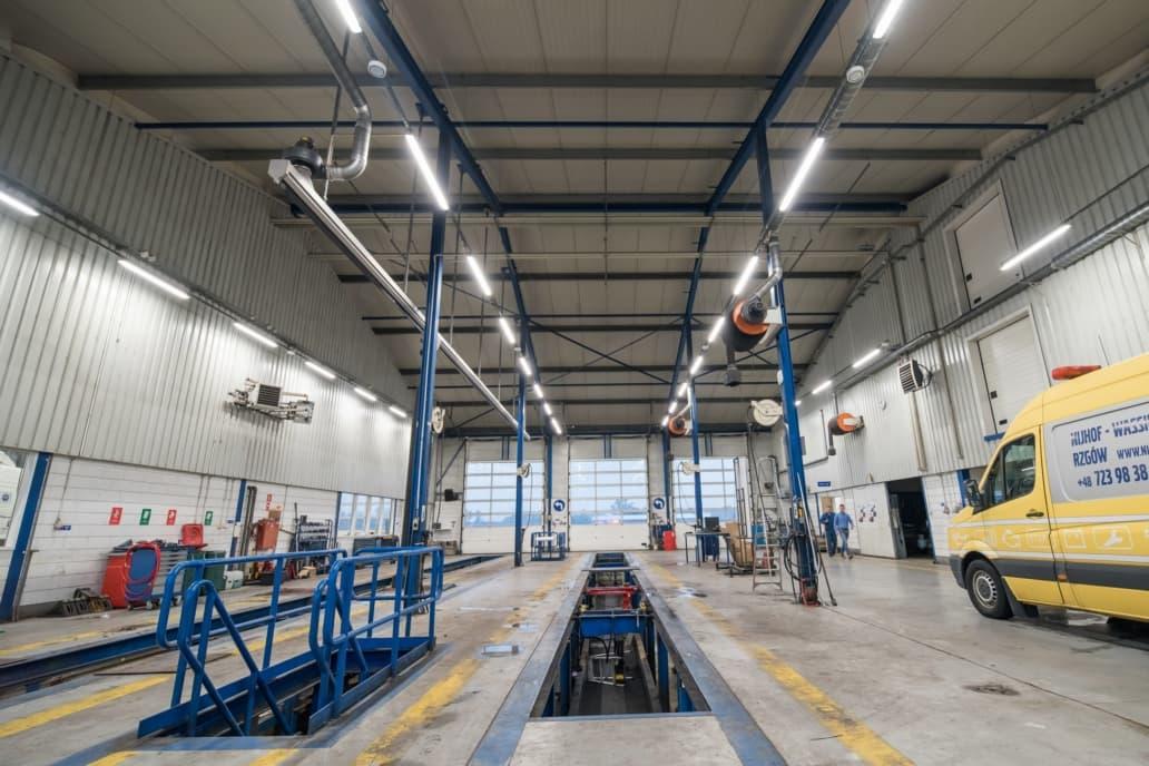 oświetlenie LED w warsztacie firmy Volvo