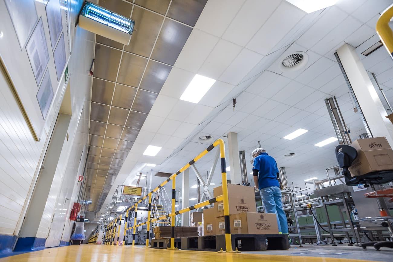Oprawy przemysłowe Highbay w hali produkcyjnej oraz magazynie firmy Twinings - Luxon LED