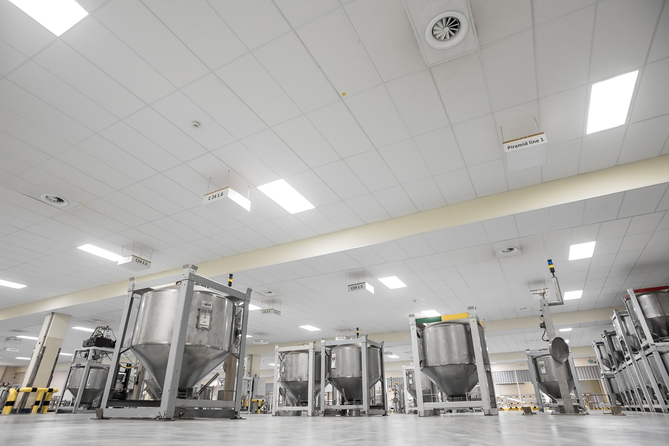 Oprawy Highbay w magazynie i hali produkcyjnej firmy Twinnings - Luxon LED